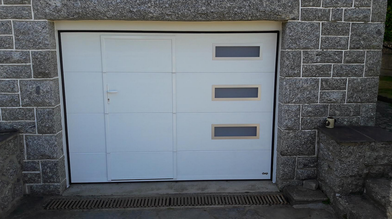 Porte de Garage sectionnelle motorisée avec portillon incorporé - Laniscat 0