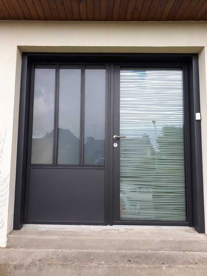 Installation porte d''entrée et vitrage châssis fixe - Quintin 68.11