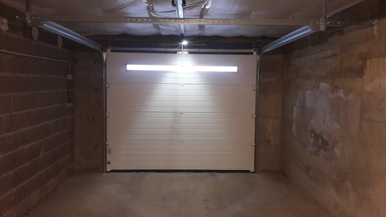Porte de garage sectionnelle plafond motorisée - Loudéac (22) 423